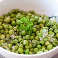 green peas with onion and parsley