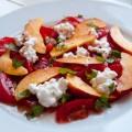 tomaten-nektarinen-salat mit huettenkaese