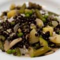 grünes curry mit bohnen, kartoffeln und belugalinsen