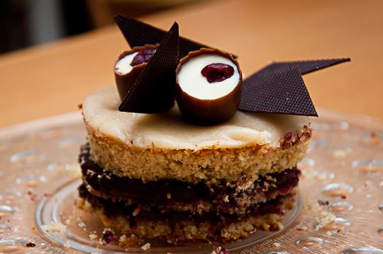 Marzipantorte mit Preiselbeeren und Schokolade