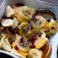 obstsalat – äpfel, orangen und kiwi mit nüssen und cranberries