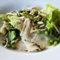 ravioli-salat mit grünem spargel und erbsen