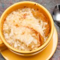 soupe à l'oignon – überbackene zwiebelsuppe